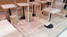 Le oscillazioni di legno hanno usato come sedile del ristorante fotografia stock