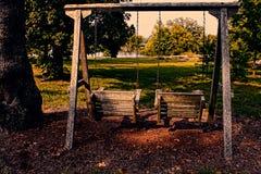 Le oscillazioni di legno si avvicinano al lago country Fotografie Stock