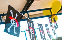 Le ossa nere delle bandiere di pirata hanno decorato i palloni di festa Fotografia Stock Libera da Diritti