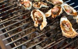 Le ostriche sono cucinate sulla griglia Immagini Stock Libere da Diritti
