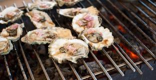 Le ostriche sono cucinate sulla griglia Immagine Stock