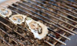 Le ostriche sono cucinate sulla griglia Fotografia Stock Libera da Diritti