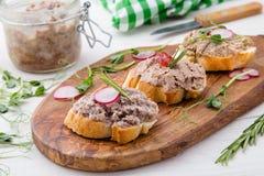 Le pâté di canard sur le pain frais de tranches avec les herbes et la maison de radis a fait le style Images stock