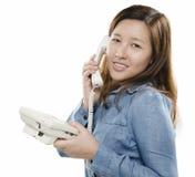 Le på telefonen Royaltyfria Bilder