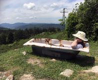 Le pèlerin féminin détend dans la baignoire abandonnée en Espagne photographie stock