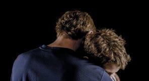 Le père étreint le jeune fils après argument images stock