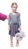 Le père étreint sa petite fille jugeant l'ours de nounours d'isolement Photo stock