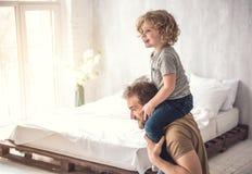 Le père adorant caresse l'enfant dans le dortoir léger Photo libre de droits