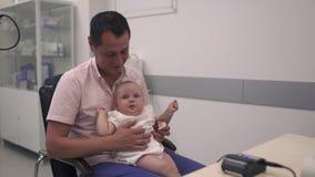 Le père affectueux tient sa petite fille dans des bras banque de vidéos