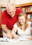 Le père aide le descendant à étudier photos libres de droits
