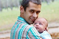 Le père avec le fils nouveau-né Images libres de droits