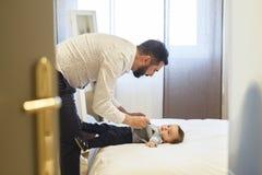 Le père ayant son bébé obtiennent habillé pour une occasion spéciale Photos stock