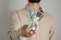 Le père donne l'oeuf de pâques Tradition brésilienne pour donner le chocolat e photos libres de droits
