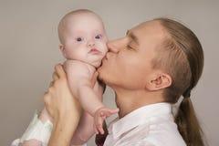 Le père embrassant l'enfant nouveau-né Photo stock