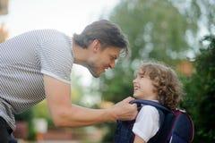 Le père envoie au fils de premier-niveleuse d'école Images libres de droits