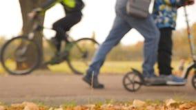 Le père et le fils montent un scooter Mouvement lent banque de vidéos