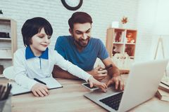 Le père et le fils utilise un ordinateur portable images libres de droits