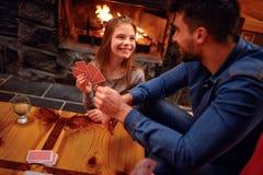 Le père et la fille de sourire ont le grand temps jouant la carte Photo stock