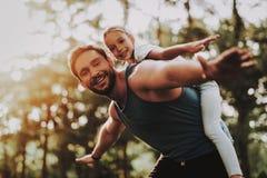 Le père et la fille ont l'amusement extérieur dans le parc image libre de droits