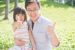 Le père et la fille sourient heureusement image stock