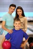 Le père et la mère avec le fils dans le bowling matraquent Images stock
