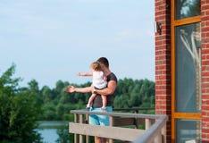 Le père et la petite fille apprécient la beauté de la nature Image stock