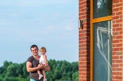Le père et la petite fille apprécient la beauté de la nature Photographie stock libre de droits