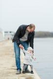 Le père et la promenade de fille Image stock