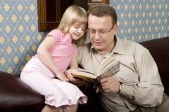 Le père et le descendant sont readin Photo libre de droits