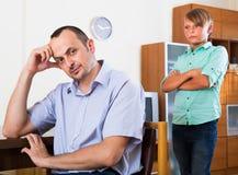 Le père et le fils adolescent discutent photo stock