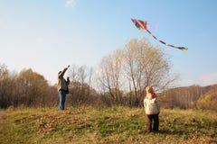 Le père et le fils commencent le cerf-volant Image libre de droits