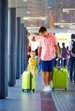 Le père et le fils heureux vont chercher embarquer sur l'avion, vacances d'été photographie stock
