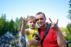 Le père et le fils montrent ensemble le v-signe de geste Photographie stock libre de droits