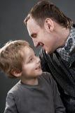 Le père et le fils parlent gaiement. Photographie stock libre de droits