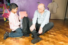 Le père et le fils s'assied sur l'étage - Horiz Image libre de droits