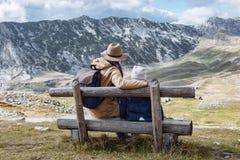Le père et le fils voyagent ensemble en montagnes Durmitor, lundi d'automne Images libres de droits