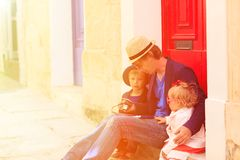 Le père et les enfants voyagent sur la rue de Malte Photographie stock libre de droits