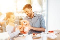 Le père félicite sa petite fille sur le 8ème mars Photographie stock libre de droits