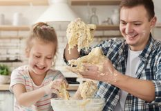 Le père fait cuire la pâtisserie avec la fille image stock