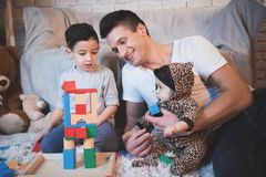 Le père, le fils et la petite fille de bébé jouent avec des cubes pour des enfants la nuit à la maison Images libres de droits