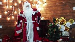 Le père Frost Santa Claus se réjouit près d'une cheminée banque de vidéos