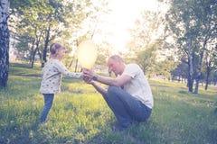 Le père heureux et la petite fille de sourire jouent Images libres de droits