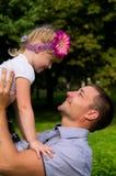 Le père heureux a jeté en l'air vers le haut de la fille Photos stock