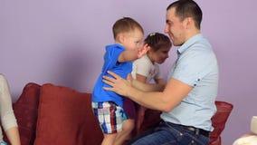 Le père heureux soulève ses mains à la petite fille banque de vidéos