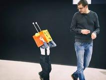 Le père joue avec son fils dans le costume de robot Images stock