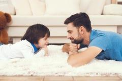 Le père a l'amusement avec son fils Un père exemplaire et un garçon aux loisirs photographie stock libre de droits
