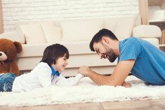 Le père a l'amusement avec son fils Un père exemplaire et un garçon aux loisirs photos stock