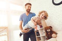 Le père a l'amusement avec son fils Un père exemplaire et un garçon aux loisirs photos libres de droits