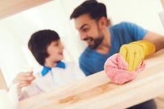Le père a l'amusement avec son fils Un père exemplaire et un garçon aux loisirs image stock