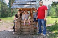 Le père, la mère, les filles heureuses et les filles de fils posent Photos libres de droits